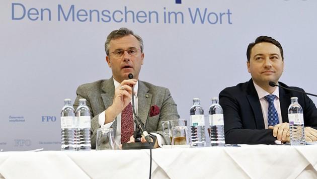 FPÖ-Chef Norbert Hofer gemeinsam mit seinem stellvertretenden Obmann Manfred Haimbuchner während der Pressekonferenz zum Abschluss der Reformklausur (Bild: APA/ERWIN SCHERIAU)