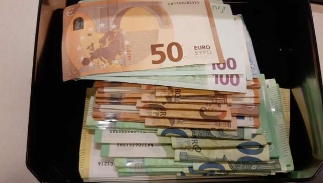 Ein Teil des Bargeldes sollte in einem Park vergraben werden und befand sich in einer Metallbox. (Bild: LPD Wien)