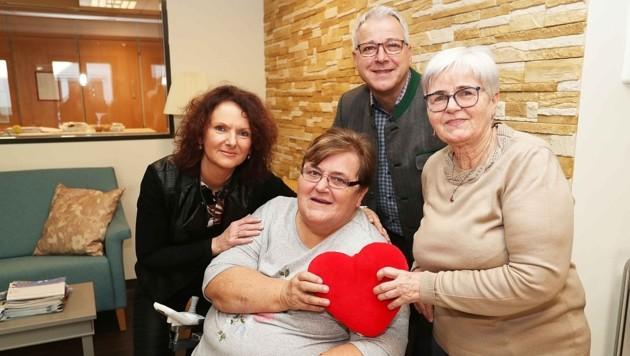 Gertrude Kristinic und Waltraud Bauer mit Eva Grabbe (re.) und Martin Wieczorek vom Pflegeheim Pottendorf. (Bild: Reinhard Judt)