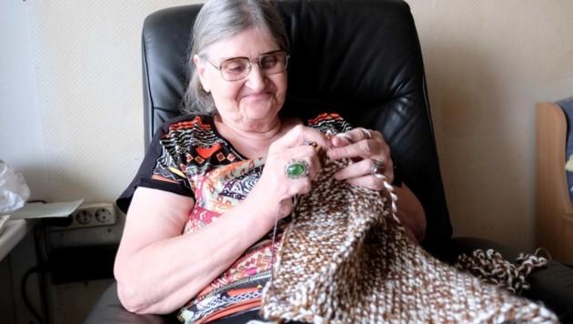 Irmgard Richter (76) beim Stricken für Obdachlose (Bild: Horst Einöder)