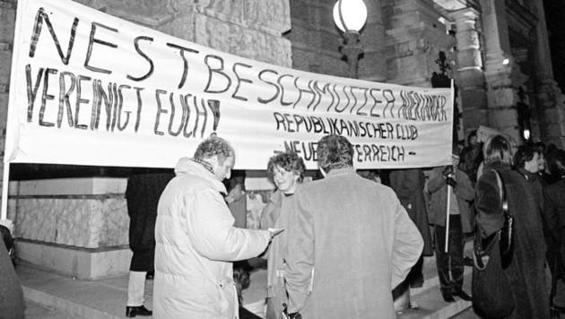 """Proteste bei der Premiere von Thomas Bernhards """"Heldenplatz"""" im Wiener Burgtheater im Jahr 1988 (Bild: Klaus Titzer / picturedesk.com)"""
