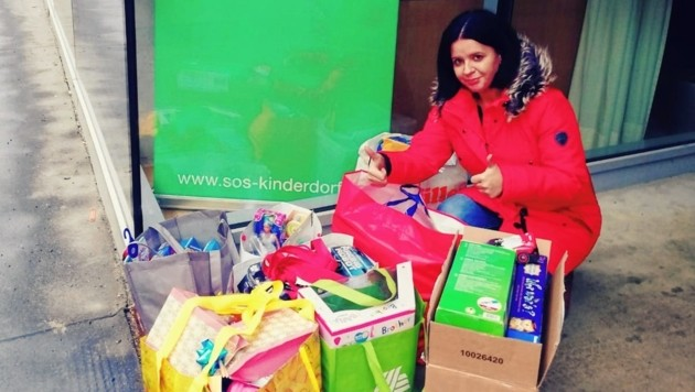 Hilde Buchmann mit Spenden für das SOS-Kinderdorf (Bild: mama-vom-mond.at)
