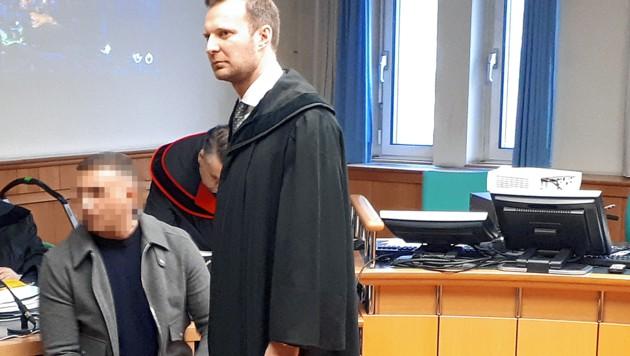 """Der Angeklagte sei ein """"ehrbarer Bürger"""", sagt Anwalt Philipp Wolm (re.). Laut Staatsanwalt ist er ein reicher Drogenhändler, der im Ferrari unterwegs war. (Bild: Peter Grotter, krone.at-Grafik)"""