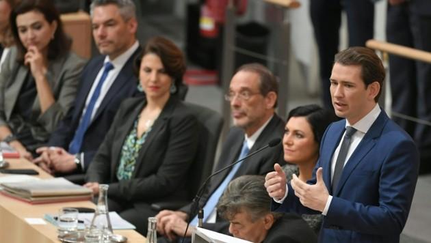 Bundeskanzler Sebastian Kurz mit einem Teil der neuen Minister im Hintergrund (Bild: APA/ROLAND SCHLAGER)