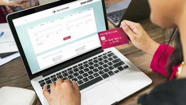 Flugbuchung über ein Online-Portal (Symbolbild)