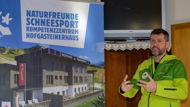 Geschäftsführer Günter Abraham erläutert die Umbaupläne und das Neukonzept. (Bild: Naturfreunde Österreich)