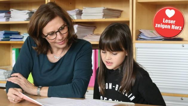 Gemeinsam wird gelernt: Edith Noll-Schmerler mit Alina (Bild: Diakonie)
