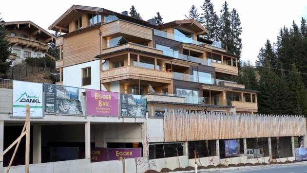 """Links neben der """"Kitzbüheler Alpenlodge"""" soll die nächste Apartment-Anlage entstehen (Bild: Hölzl Roland)"""