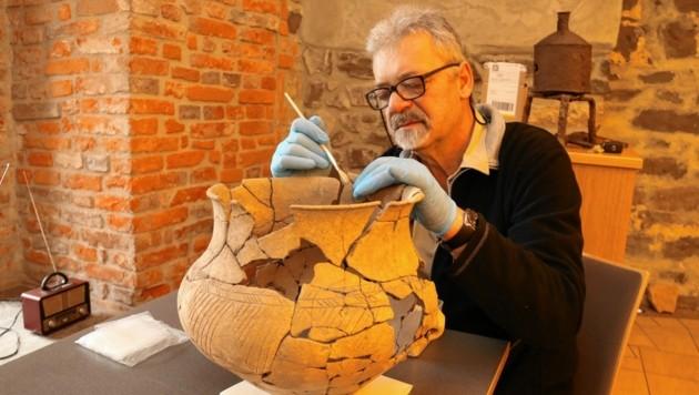 Der Kurator des Burgmuseums, Anton Steffan, mit einem schön verzierten Keramikgefäß. (Bild: Christian Jauschowetz)