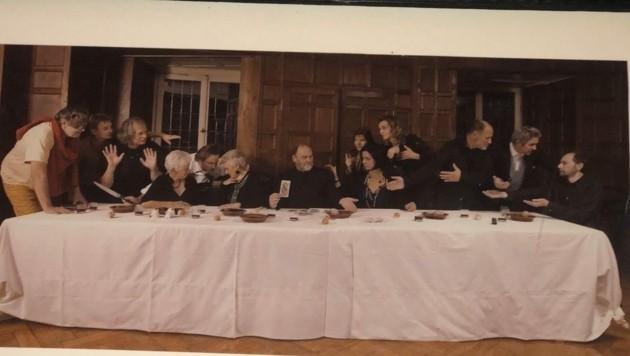 Meisterhafte Inszenierung zum 60er: Kurt Bracharz stellt das letzte Abendmahl nach - mit einer 50:50-Geschlechterquote. (Bild: Kurt Bracharz Archiv)