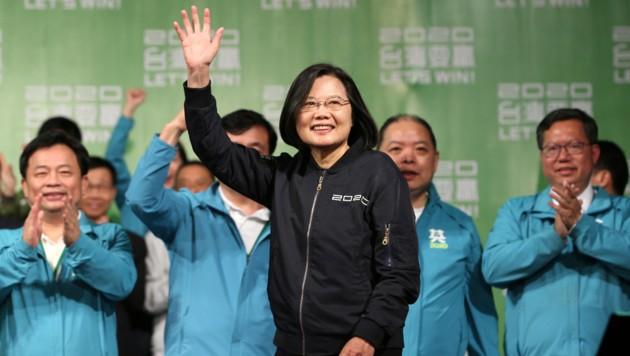 Taiwans Präsidentin Tsai Ing Wen ist mit klarer Mehrheit für eine zweite Amtszeit wiedergewählt worden. (Bild: AP)