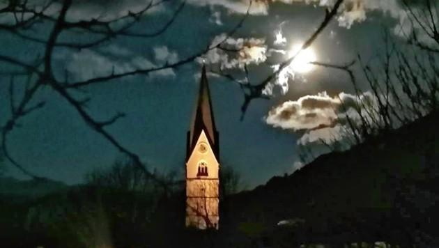 Den Kirchturm erleuchtete der Vollmond in Obervellach. (Bild: Jasmin Wallner)