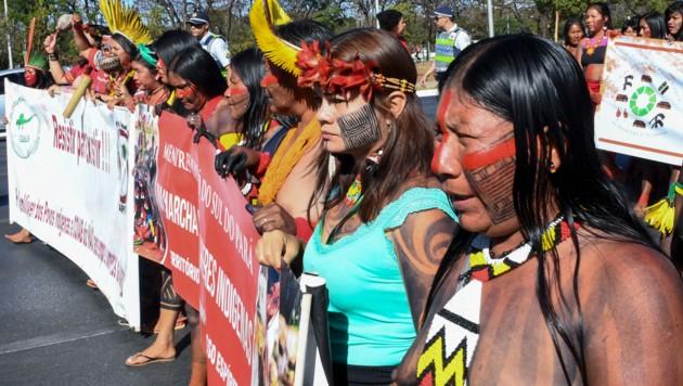 Brasilianische Ureinwohner protestieren gegen die Regierung. (Bild: AFP)