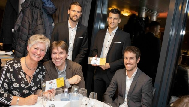 Emanuel Schreiner und Manfred Fischer (hinten) beim Verkauf der Tombola-Lose. (Bild: Maurice Shourot)