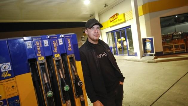 Tankwart Thomas Nemsak konnte den Polizeinsatz von der gegenüberliegenden Shell-Tankstelle beobachten. (Bild: Tschepp Markus)