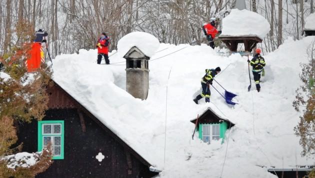 Solche beschwerlichen, risikoreichen Schaufelaktionen der Feuerwehren wie im Vorjahr sind heuer nicht notwendig. (Bild: LFV/Franz Fink)