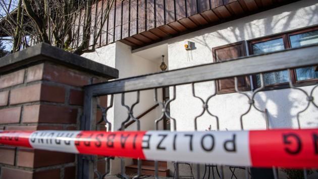 Die Polizei sperrte das Wohnhaus in Starnberg bei München ab. (Bild: APA/dpa/Lino Mirgeler)