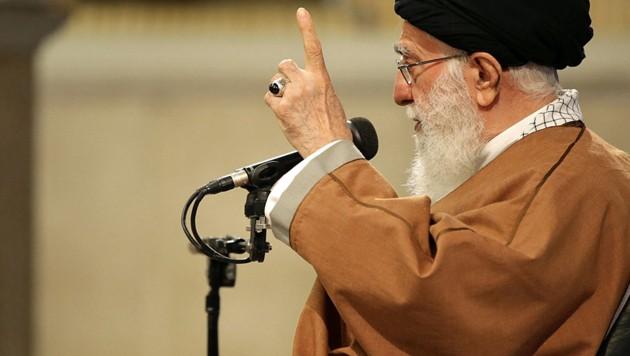 So schwer unter Druck wie noch nie in seiner seit bald 30-jährigen Amtszeit: Ayatollah Khamenei (Bild: APA/AFP/KHAMENEI.IR/HO)