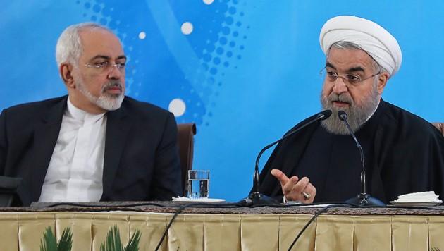 Spätes Schuldeingeständnis: Präsident Rouhani (re.), Außenminister Zarif (Bild: AFP PHOTO/HO/IRANIAN PRESIDENCY)