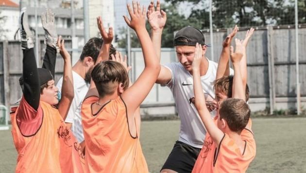 Bank Austria und Caritas bringen Finanzbildung in den Fußballkäfig (Bild: Patrick Vranovsky/Fussballfotograf.at/Caritas, zur Verfügung gestellt vom Anbieter)