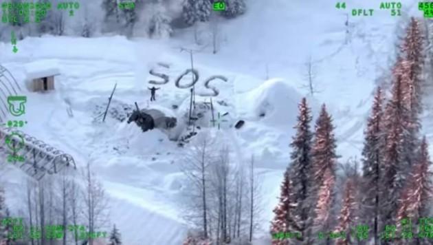 Tyson Steele bei seiner Rettung durch einen Hubschrauber (Bild: Alaska Department of Public Safety)