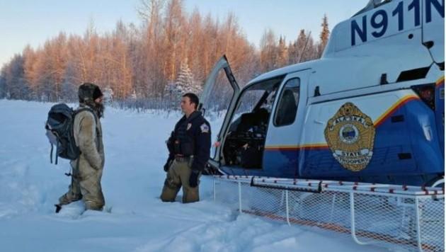 Ein Hubschrauber der Behörden Alaskas rettete den Einsiedler schließlich. (Bild: Alaska Department of Public Safety)