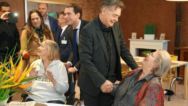 Sozialminister Rudolf Anschober (Grüne), Bundeskanzler Sebastian Kurz (ÖVP) und Vizekanzler Werner Kogler (Grüne) im Haus der Barmherzigkeit (Bild: Klemens Groh)