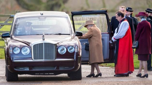 Queen Elizabeth hatte am Sonntag vor dem Krisentreffen noch den Gottesdienst besucht. (Bild: AP)