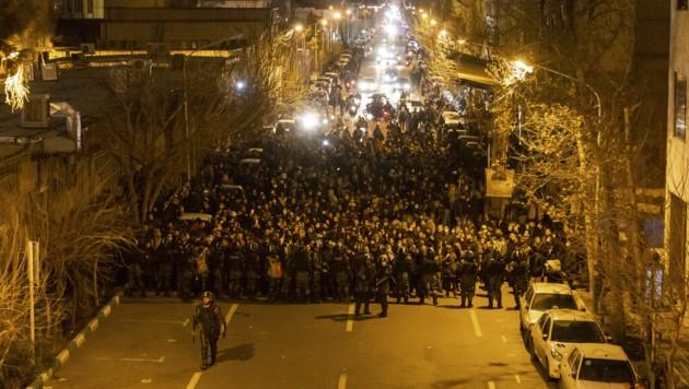 Am Wochenende demonstrierten Hunderte Menschen vor der Amir-Kabir-Universität in Teheran. (Bild: AFP)