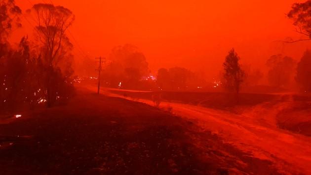 In Australien lodern Dutzende Feuer. (Bild: AP)
