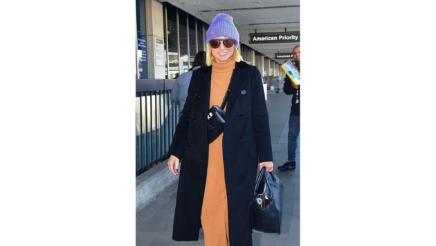 """""""Frozen""""-Star Kristen Bell strahlt im orangen Strickkleid und kombiniert eine lilafarbene Haube dazu. (Bild: www.PPS.at)"""