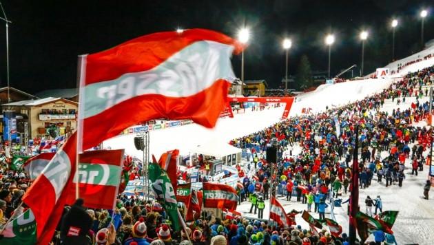 Fulminante Stimmung im Zielstadion der Ski-Damen in Flachau. Tausende Fans aus aller Welt waren angereist, um ihre Favoritinnen mit Fahnen und Tröten zu unterstützen. (Bild: Gerhard Schiel)