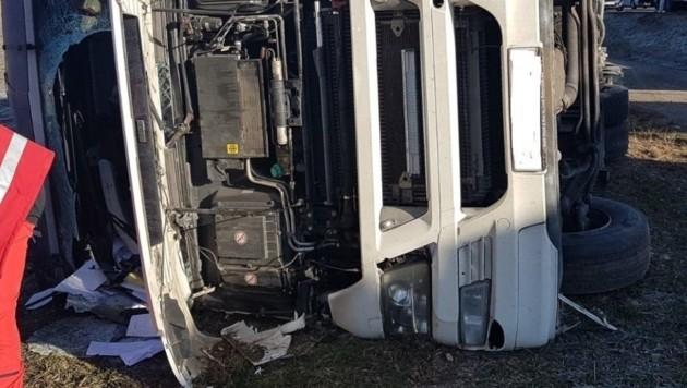 Der Fahrer wurde in der Kabine eingeklemmt - die Einsatzkräfte konnten ihn bergen. (Bild: ff maria saal)