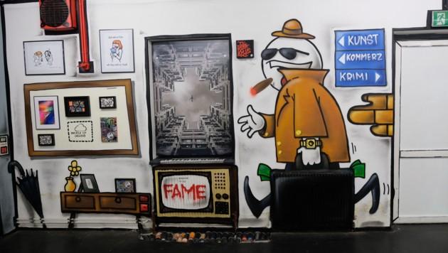 Comics an Wand und Heizkörper, Fotos im Fenster: Graffiti und Wirklichkeit vermischen sich. (Bild: Horst Einöder)