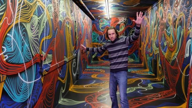 Mitarbeiter Michael Url geht durch einen magischen Gang, mit 3D-Brille werden die Spiralen plastisch. (Bild: Horst Einöder)