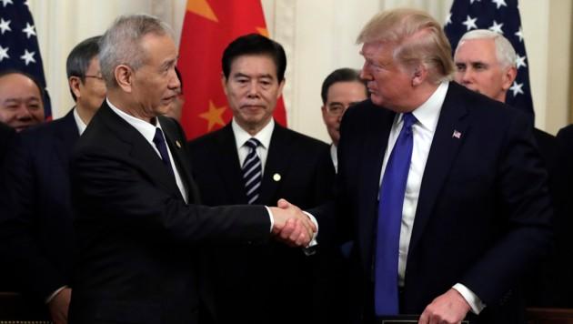 Der chinesische Vizepremier Liu He und Donald Trump beim Händeschütteln nach dem Unterzeichnen eines Handelsabkommens zwischen China und den USA im Weißen Haus. (Bild: AP)