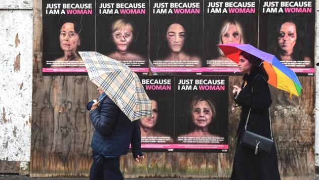 Auf den Plakaten zu sehen sind (von links): Aung San Suu Kyi, Angela Merkel, Alexandria Ocasio-Cortez, Brigitte Macron, Michelle Obama. Unten: Sonia Gandhi und Hillary Clinton (Bild: AFP)