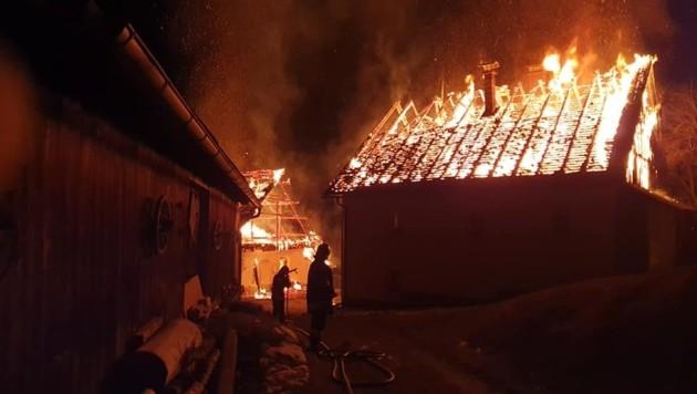Donnerstagfrüh standen beim Eintreffen der Feuerwehren bereits das Wohnhaus und das Nebengebäude in Vollbrand. (Bild: FF Bad Eisenkappel)