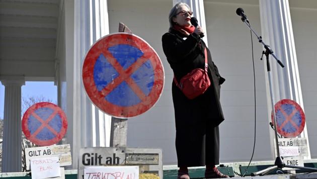 """Die """"Omas gegen Rechts"""" bei einem Flashmob von Menschenrechtsorganisationen zur geplanten Sicherungshaft im Februar 2019 in Wien. (Bild: APA/HANS PUNZ)"""