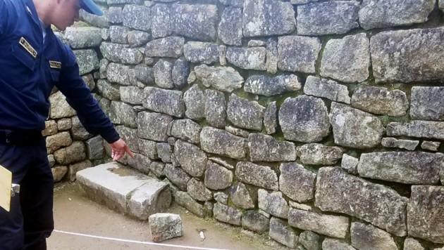 In einem abgesperrten Teil des Sonnentempels hatte sich eine Steinplatte aus einer Mauer gelöst und war auf den Boden gefallen. Die Platte wurde beschädigt, am Boden entstand ein Riss. Ein Tourist soll dafür verantwortlich sein. (Bild: AFP)