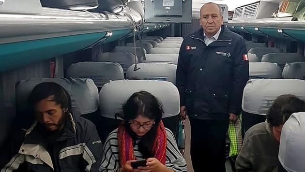 Die peruanische Einwanderungsbehörde ließ fünf Touristen nach Bolivien abschieben. Mit einem Bus wurden sie zur Grenze gebracht - begleitet von Beamten. (Bild: AFP)