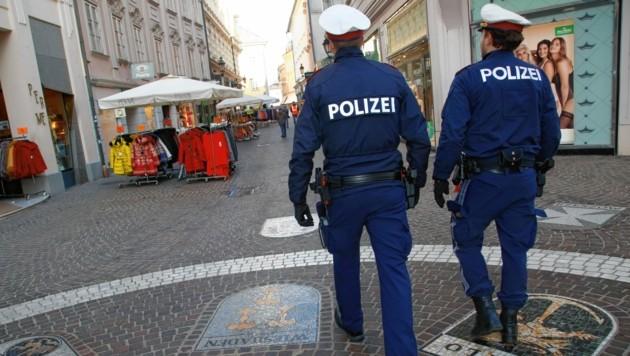 Polizisten rücken auch aus, um zu kontrollieren, ob die Quarantäne-Anordnungen eingehalten werden. (Bild: Rojsek-Wiedergut Uta)