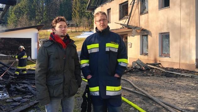 Söhne Mario (28) und Denis (35) vor der Brandruine. (Bild: Elisa Aschbacher)
