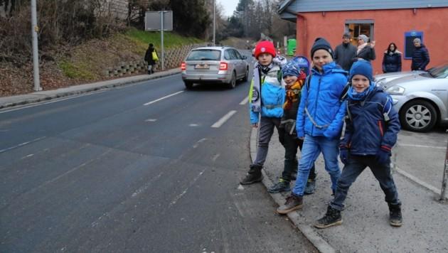 Paul, Felix, Paul und David dürfen jetzt wieder auf einen sicheren Schulweg hoffen. (Bild: Christian Jauschowetz)