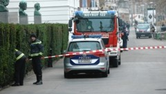 Auch außerhalb der TU Wien wurde nach einer Bombe gesucht. (Bild: Klemens Groh)