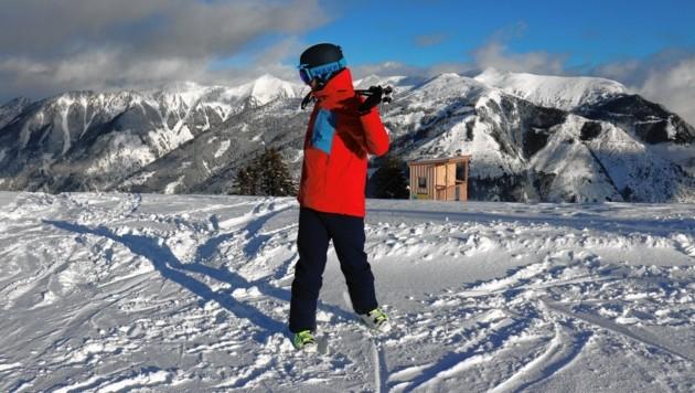 Übung 3: Jetzt die Skistöcke in den Nacken legen und den Oberkörper langsam hin und her drehen. (Bild: Philipp Bör)