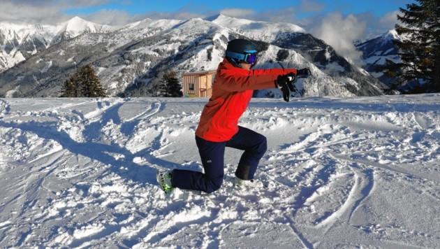 Übung 6: Die Skistöcke nun in beide Hände nehmen und dann abwechselnd mit dem rechten und linken Fuß nach hinten steigen.  (Bild: Philipp Bör)