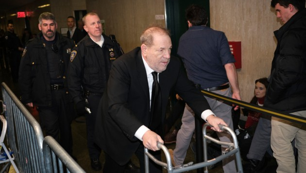 Harvey Weinstein kommt mit Gehhilfe zum Gericht. (Bild: APA/AP)