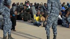 Viele Migranten werden in libyschen Internierungslagern festgehalten. (Bild: APA/AFP/MAHMUD TURKIA)