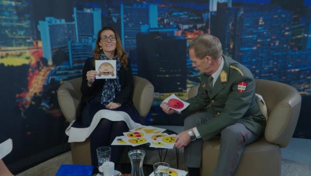 """Velina Tchakarova und Walter Feichtinger beim """"Moment mal""""-Emoji-Word-Rap (Bild: krone.at)"""